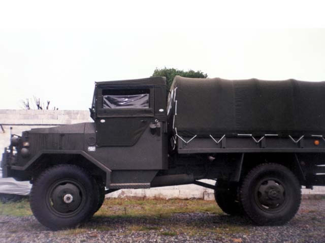 Capota Cabine feita em lona - encerado - verde militar c/abertura nos 4 lados (estilo militar ) c/porta na parte traseira