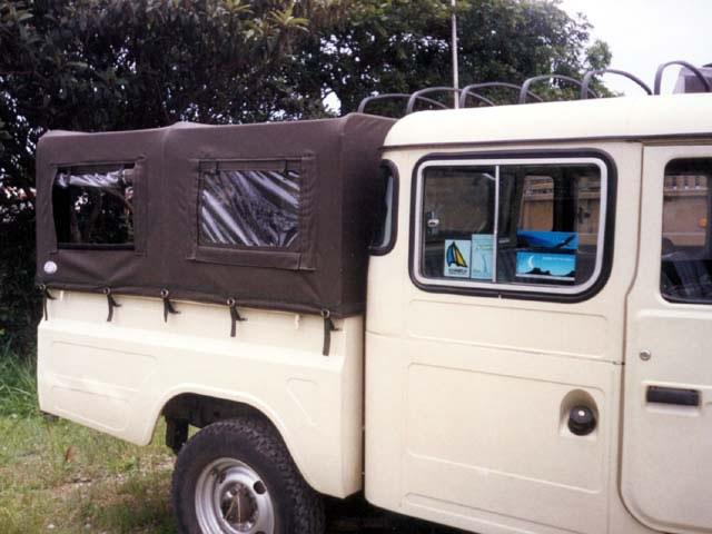 Capota Semi  Trial Tipo Safári 5ª janela ( verde militar externo e manta branca interno)