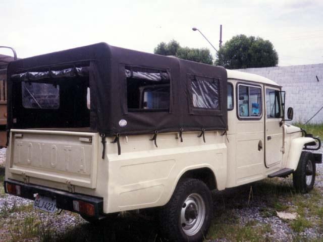 Capota Semi Trial Tipo Safári com 5ª  janela ( verde militar externo e manta branca interno )