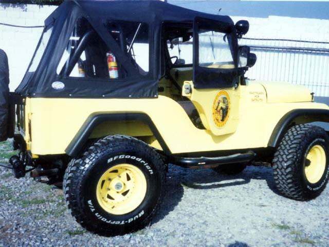 1/2 Porta de Fibra ( CJ-5 ) ( direita externa ) com Local para fixação de Auto Falante e janela removível ( externa )