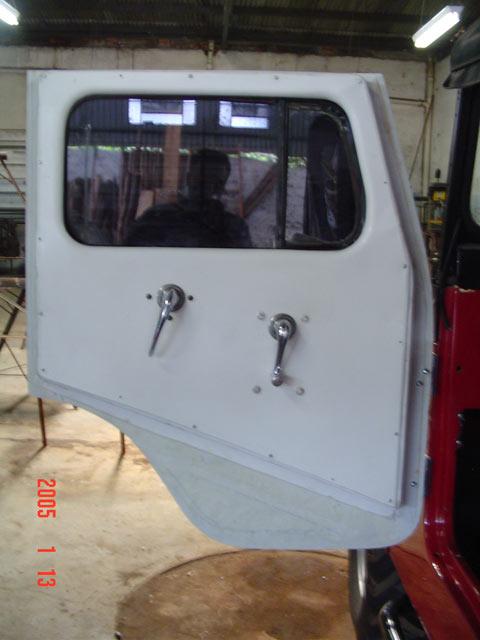 Porta Inteiriça em Fibra ( CJ-5 ) com Maçaneta, Maquina de vidro, Vidro, Quebra Vento e manivelas ( da fechadura e do vidro ) ( interno )